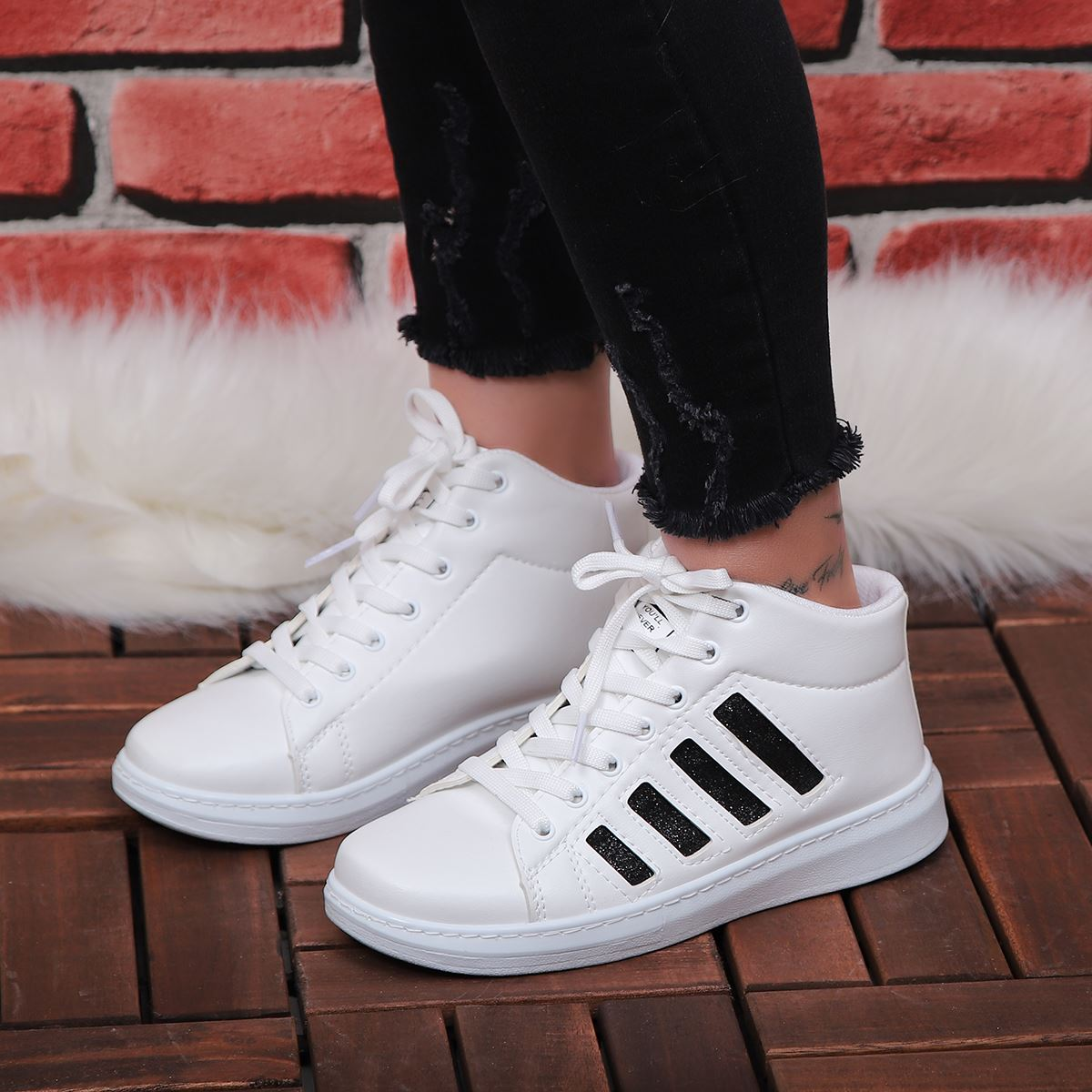Beyaz Simli Siyah Şeritli Spor Ayakkabı AYK153