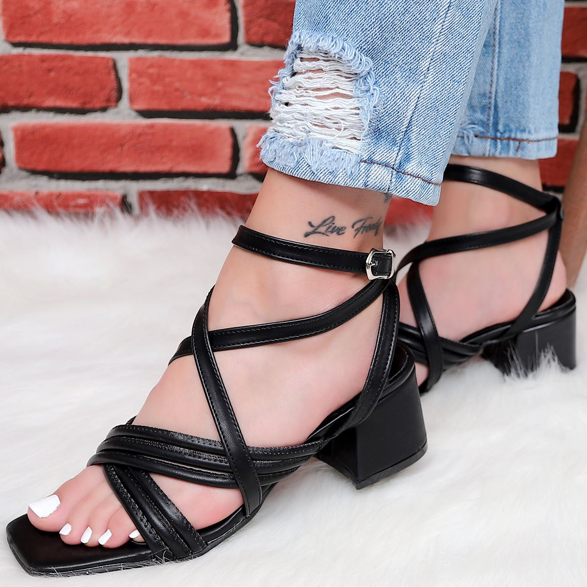 Siyah Çapraz Bantlı Topuklu Sandalet SND171