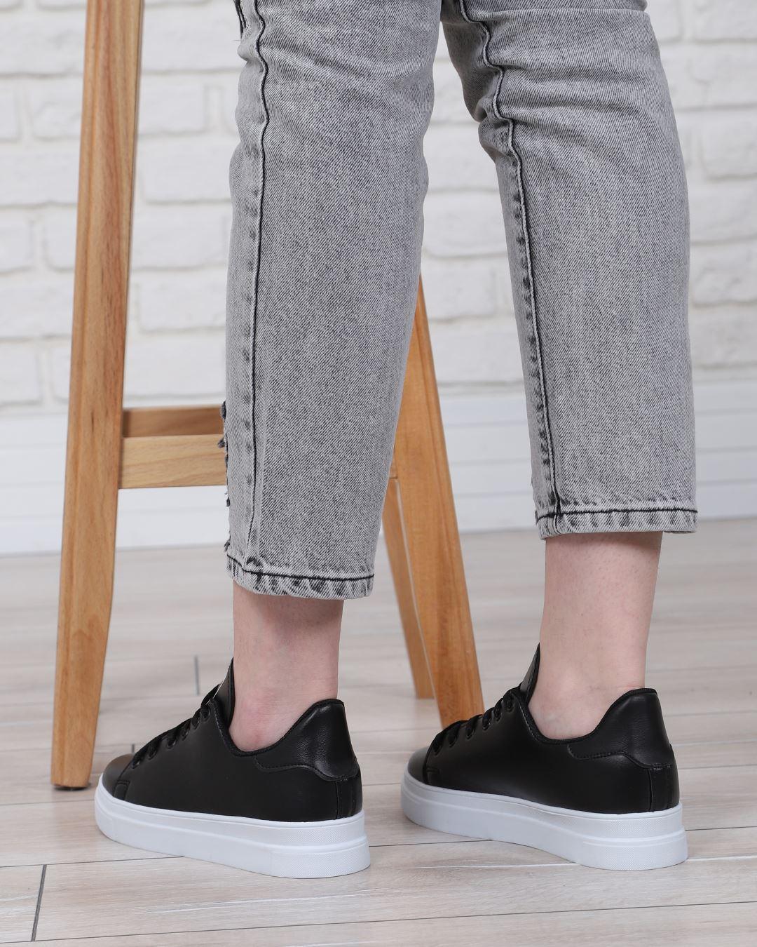 Siyah Tabanı Beyaz Spor Ayakkabı AYK039